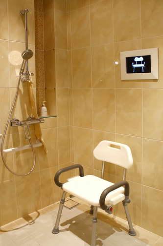 เก้าอี้สำหรับนั่งอาบน้ำ เพื่อลดความเสี่ยงอุบัติเหตุเมื่ออาบน้ำ