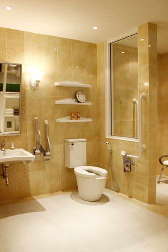 ห้องน้ำสำหรับผู้สูงอายุกลุ่มสีส้ม ที่ดูกว้างขวางเพื่อรองรับวีลแชร์